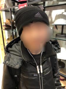 ファッション企画 帽子を選ぶ生徒
